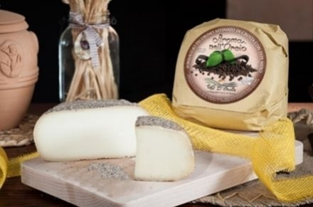 PECORINO CHEESE MATURED IN GROUND BLACK PEPPER - Caseificio Val d'Orcia